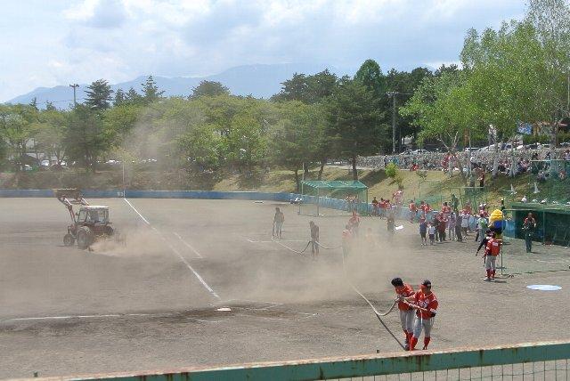 選手達も総出でホースを繋ぎ、引き出し、水まきに参戦中。