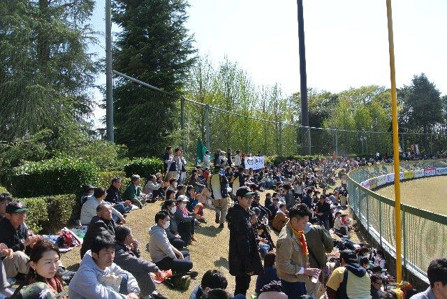 ホームチーム側の方が外野席が狭いので、今回のように大勢の客が押し寄せた時に違和感を覚える。