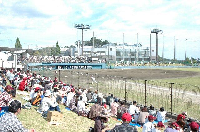 利府球場での最終戦とあって、地元ファンを中心に多くのファンが観戦に訪れました。家族連れには芝生席が良いですね。