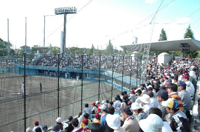 芝生席を含め、この球場はどこも高い金網で覆われています。安全重視もわかるが、これでは試合の臨場感が半減されてしまう。