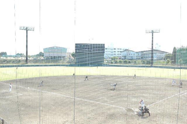 ここもまた目が粗く、高いネットが視界を遮ります。
