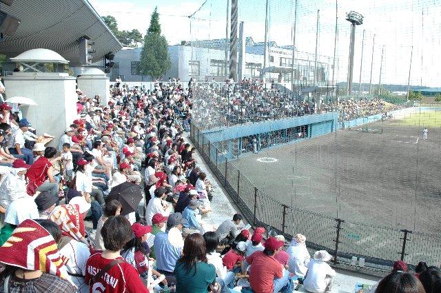 球場入口が近いこともあり、スタンド内で最も賑わう場所。グラウンドに薄く「RIFUCHO」と書かれているのがわかる。