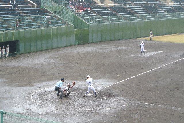 田んぼのようになり果てたホームベース付近、これでは打者もつらかろう。
