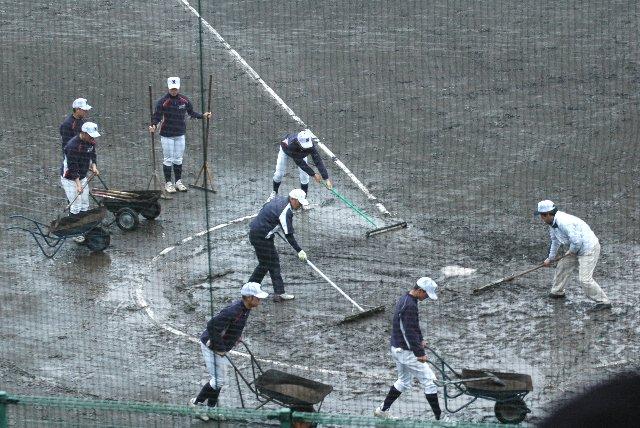 春季高校野球大会は日程がタイト、多少の雨でも強行していかないと後の日程が大変になる。そのしわ寄せをすべて高校生に押し付けるというのはいかがなものかと。