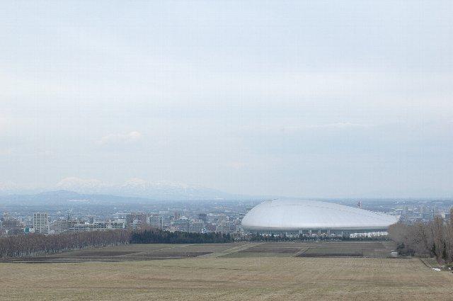後方に見える雪を被った山々が綺麗です。