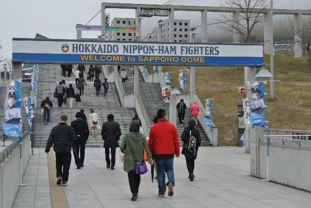 4月中旬の試合風景なので、冬の装いに身を包んだ観客がまだまだ多い。