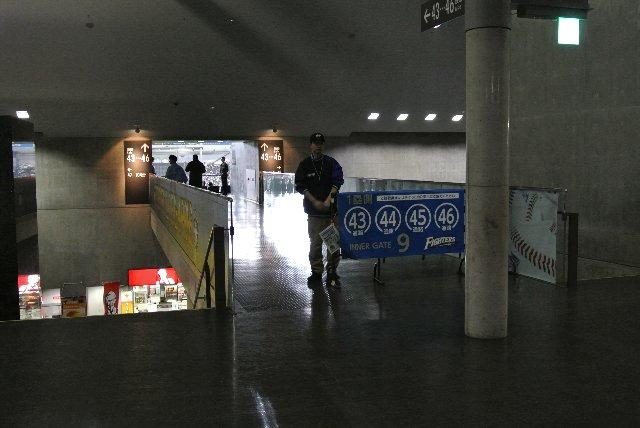 左の画像で選手写真が掲げられている橋が、この橋である。