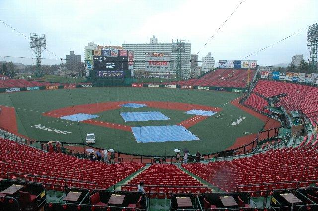 珍しく内野指定席(イーグルシート 4000円也)で観戦しようとしたら、雨で中止(泣)
