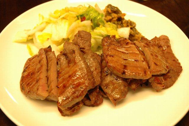 東京では考えられない肉厚の牛タンが至福の時を演出/利休東口本店にて