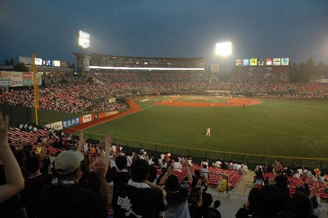 クレムゾンレッドで統一された球場がナイター照明に映えて美しい