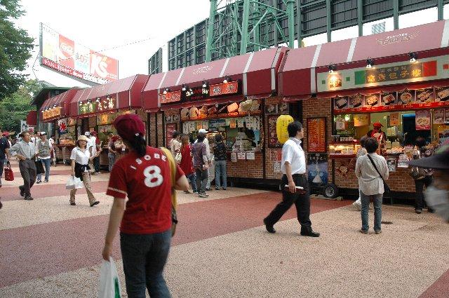 ライト側にも同様に多数のお店が入っており、球場メシの選択もこのスタジアムでの楽しみ
