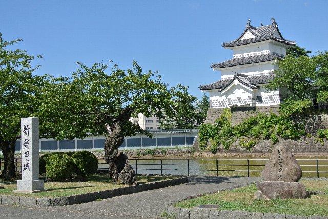 日本百名城っていうから期待して城址公園に行ったら、張りぼて風の平成建築が建つだけ。がっかり度は相当高かった。