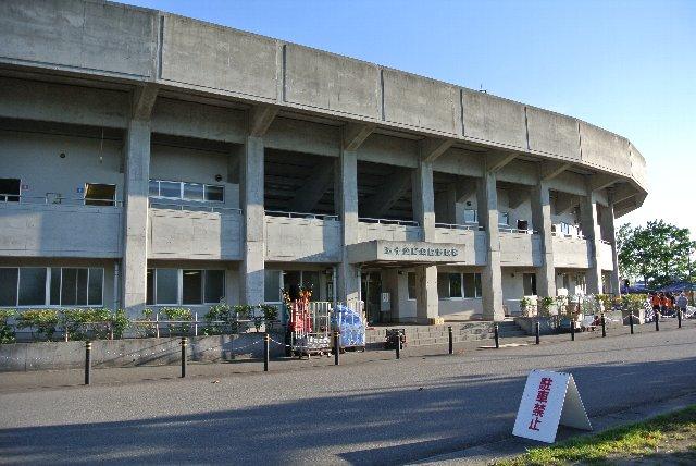 もっとローカル色満載の球場だと思っていたが、重厚な内野スタンドに出迎えられたのは少々意外だった。