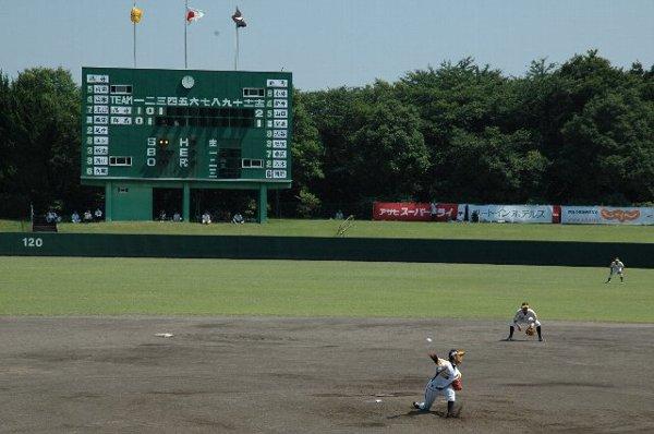 酷暑の下で開催されたデーゲーム。普段試合を開催しない地方小都市の球場で開催したことも重なり、試合は激しい乱打戦となった。