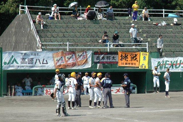 本塁でのクロスプレーを巡り、激しく抗議する福井の三塁コーチ。審判のレベルが低いBCリーグでは見慣れた光景。