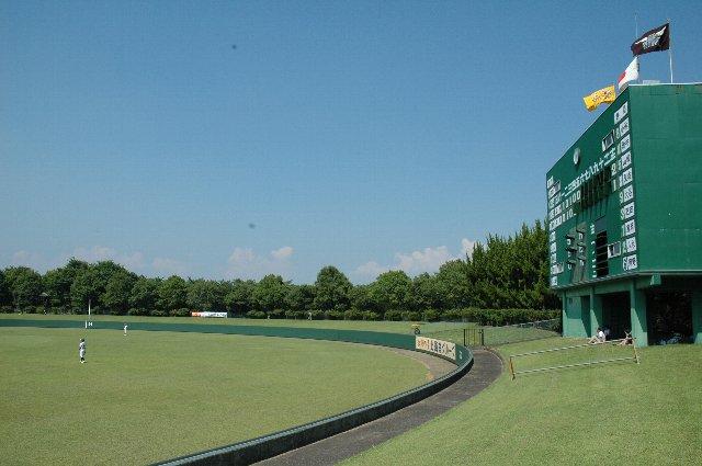 マッチ箱のようなスコアボードは小諸市南城公園野球場を彷彿とさせる。