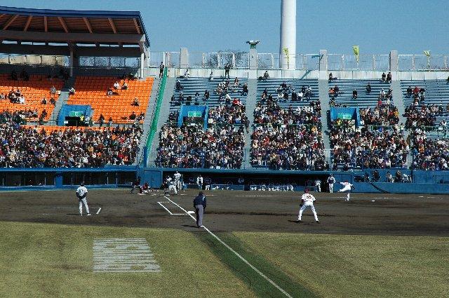 通常はホームベース後方にロゴを設けるが、一塁コーチャーズボックスにある珍しい仕様だった。