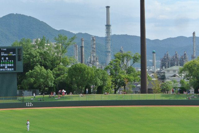 至る所に工場の煙突が望めるところが、この球場の特徴かも知れません。