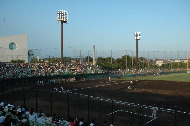 球場の周りに視界を遮るものが少なく、すっきりとした観戦環境で楽しめる感じ。