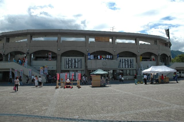 内野席二階部分の美しいアーチが目を惹きます。球場正面の広いスペースに露店等も出ています。