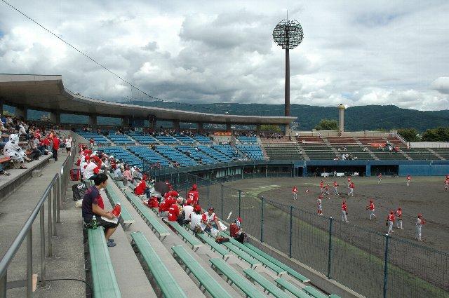殆どのファンは屋根のある場所に集中、離れた場所に陣取るファンは少なかった。