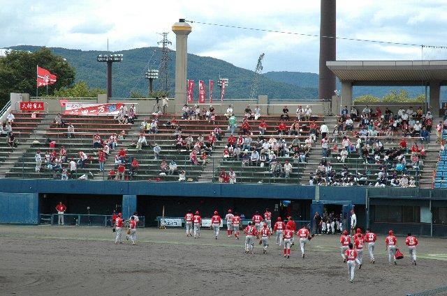 試合開始前とあって、まだ集まった人数は少ない。
