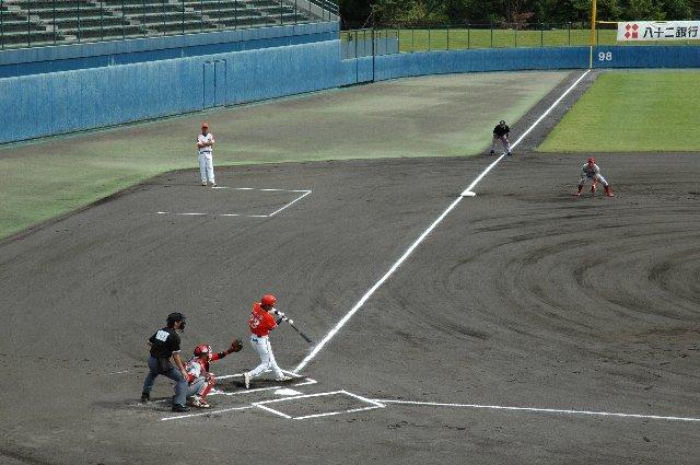 良く見ると、バットにボールが当たった瞬間を捉えている。我ながら会心の一枚。
