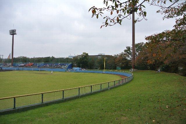 外野席を開放するかどうかは混雑状況に依ります。永山高校の試合では開放せず、日野高校の試合では開放してました。