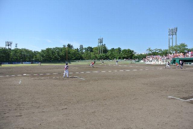 観戦エリアとグラウンドとを隔てるフェンスが比較的低いため、試合風景を容易に撮影できるのが嬉しい。