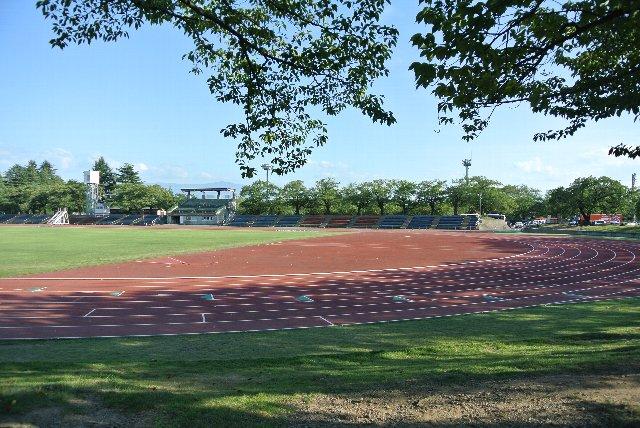 こちらも貧弱な観戦スタンドがあるだけの古い競技場に見えました。