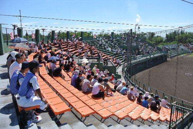 このエリアのみ座席が橙色に統一されている。