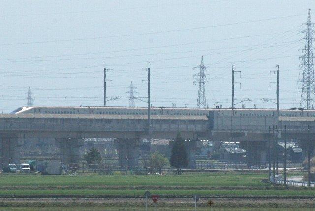 新幹線、あいの風とやま鉄道線、能越自動車道に挟まれた場所に球場は建っています。