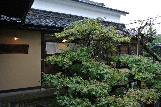 古民家を活かしたお店と美しい庭との調和が素晴らしい。