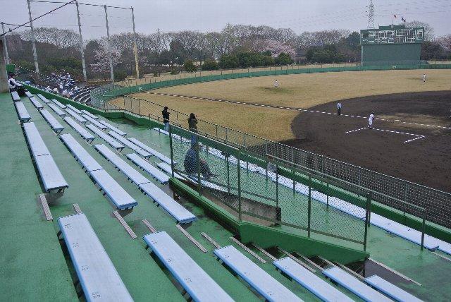 まぁ、この規模の球場で個別椅子の座席がある方が珍しいのかも知れません。