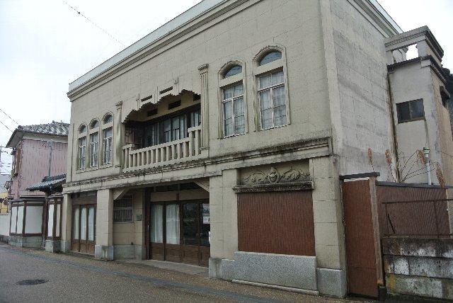 記念館周辺に数軒の蔵が建ち、現在も一般の方が普通に生活しています。