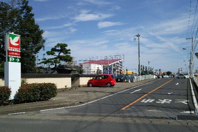 雀宮駅から球場へ向かうと、球場の1kmほど手前に位置しています。