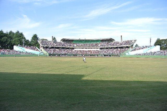 二階席まである内野スタンド、内野スタンドの両側に羽のように広がる観戦エリアが特徴的。