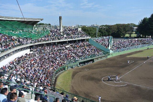 秋季大会屈指の好カード、浦和学院高校vs横浜高校を目当てに朝から多くの観客が集まった。