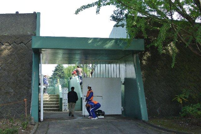 この日は内野スタンドが超満員となったため、急遽、外野専用の入口が開放された。