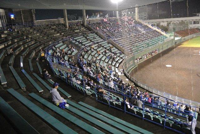 地方球場でここまで多層の座席を有する球場は珍しいかも。