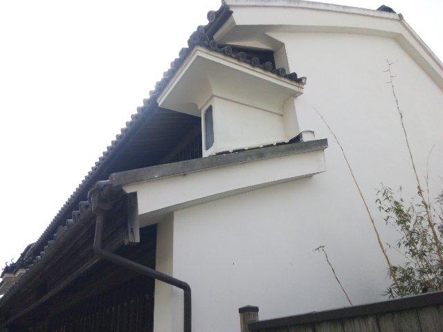 二階の妻壁から突き出した小さな壁が「うだつ」、文字通り「うだつが上がる」の語源となっています。