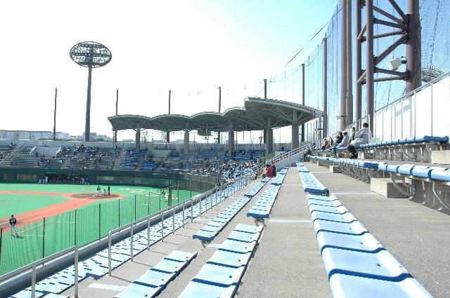 3月初めの試合では、屋根のない場所の方が暖かく、両翼部分での観戦が楽でしたね。