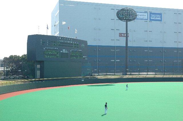 威圧感のある大倉庫、大きな壁があるようで数値以上に球場が狭く見えました。
