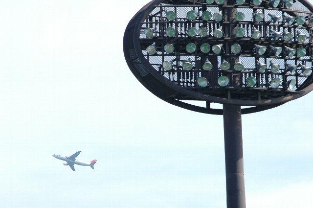 後方には羽田を飛び立ったばかりのJAL機。
