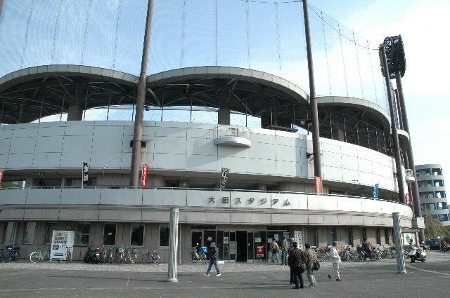 立派な三層の内野スタンド、波形の特徴的な大きな屋根が特徴です。