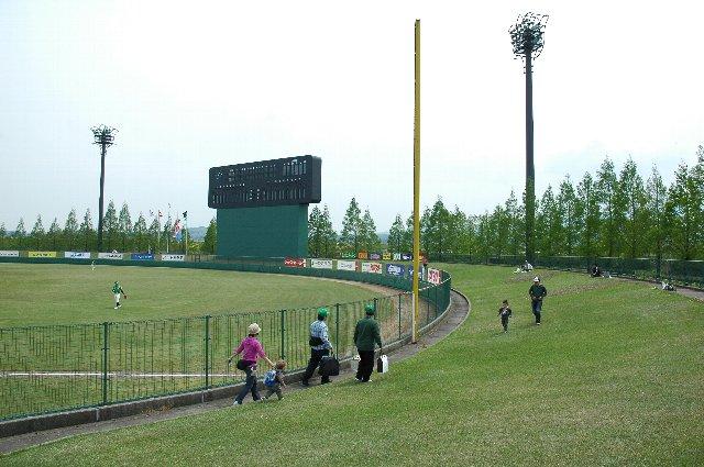 ゴールデンウィーク中に開催された試合とあって、家族連れ限定で外野席が開放されていました。