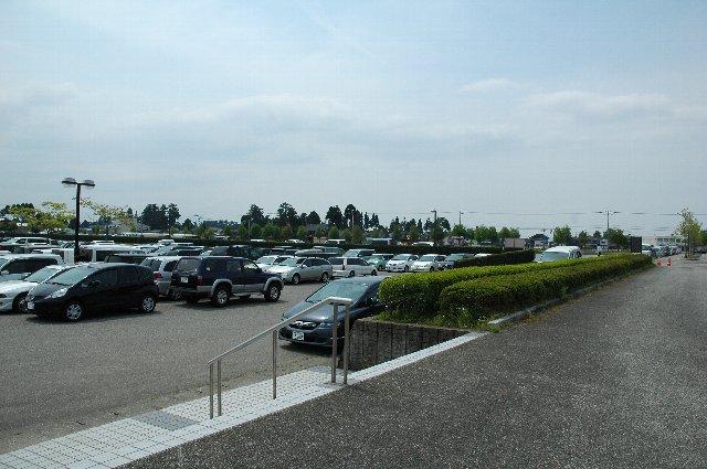 このサイズの駐車場が2〜3面あるのみ。収容台数1000台は絶対に水増した数値としか思えません。