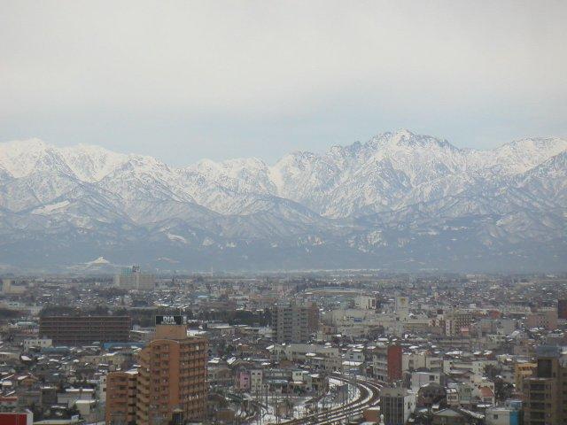富山の美味しい水を育む立山、雪化粧した姿が美しいです。