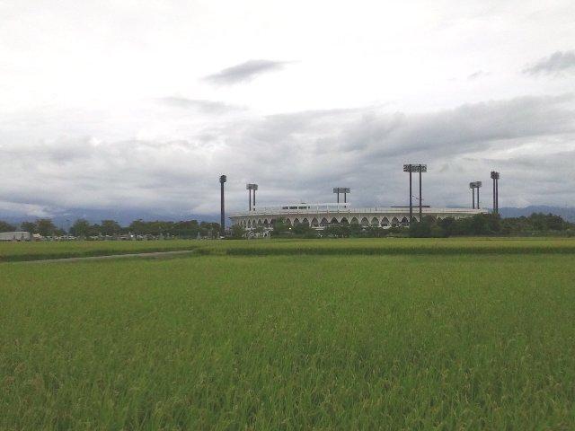富山環状線(県道56号線)より見るスタジアム風景。風景から想像が付く通り、駅からは遠く、アクセスは決して良いとは言えません(泣)。