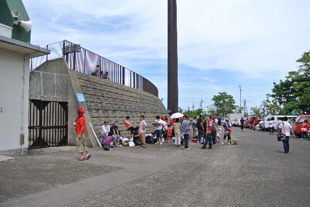 レフト側、ライト側の各ゲートから一列ずつ待ち行列が延びていました。